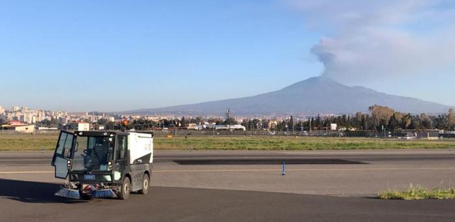 Etna, pioggia di cenere su Catania: aeroporto non operativo