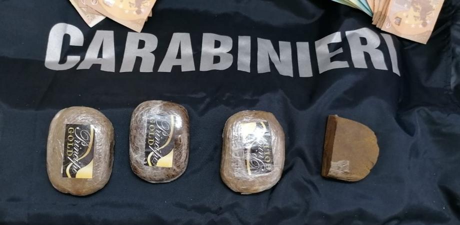 Caltanissetta, in casa con 4 panetti di hashish e 1.230 euro: 30enne arrestato dai carabinieri