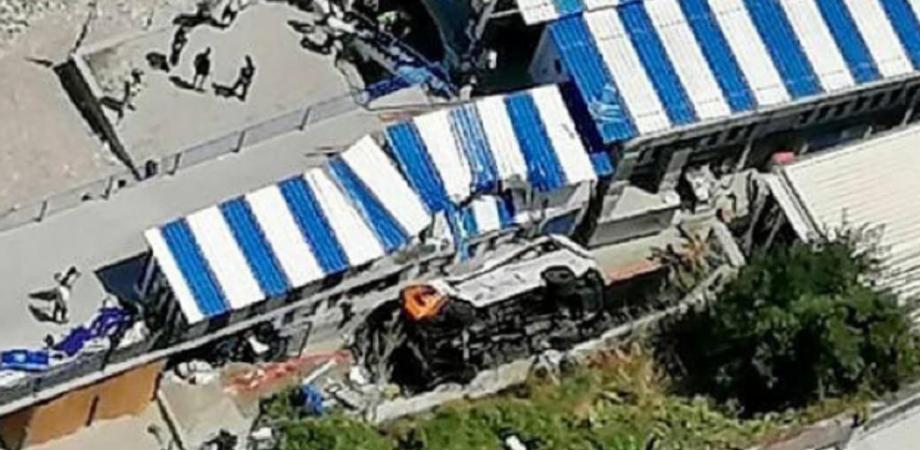 Tragedia a Capri, minibus precipita su un lido: morto l'autista e 20 feriti, alcuni gravi