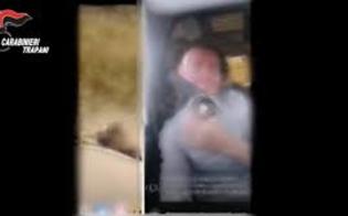 Massacra per vendetta il cane del vicino, poi posta il video sui social: arrestato