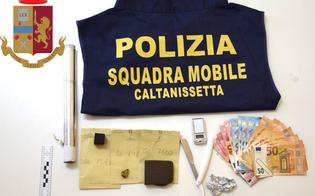 https://www.seguonews.it/caltanissetta-pusher-arrestato-in-casa-aveva-tutto-loccorrente-per-confezionare-dosi-di-droga