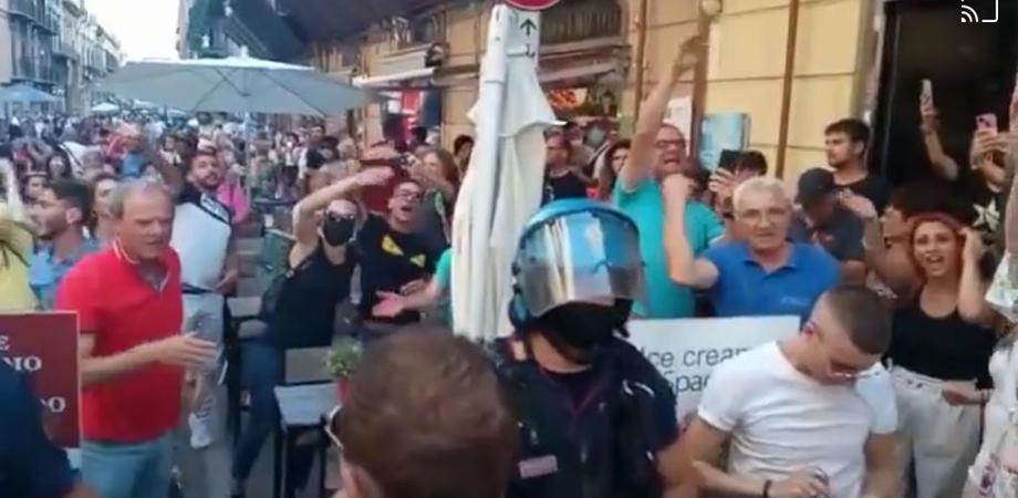 A Palermo no vax contro il green pass, in centro polizia antisommossa