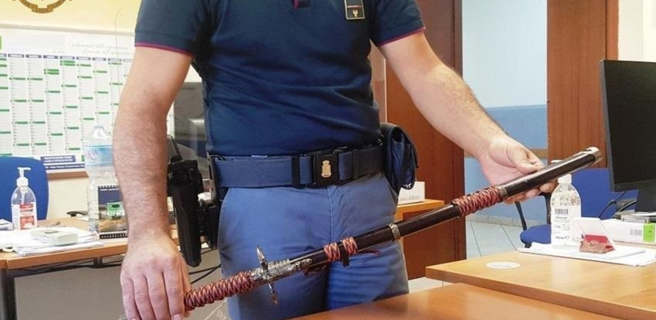 Caltanissetta, minaccia la moglie di morte: i poliziotti gli sequestrano tre spade e una katana