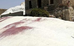 Ancora vandali in azione a Punta Bianca: marna imbrattata con la vernice