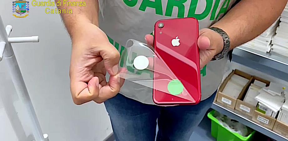 Sequestrati oltre 2.000 prodotti Apple contraffatti: due imprenditori catanesi denunciati dalla Guardia di Finanza