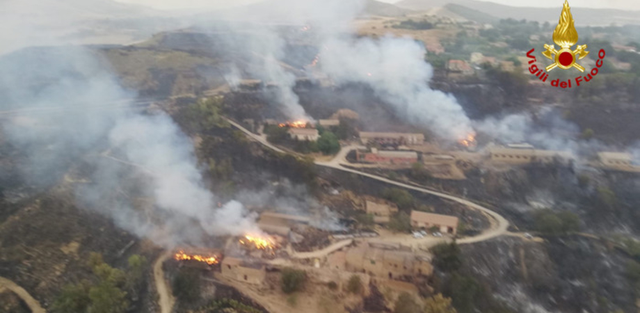 A Pergusa le fiamme non si fermano: distrutte due aziende agricole