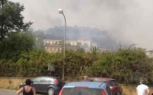 Inferno di fuoco a Pergusa: fiamme circondano residence, gente in fuga