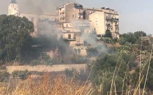 Caltanissetta, rogo nel quartiere Angeli: paura per i residenti, polizia e vigili del fuoco salvano alcuni anziani