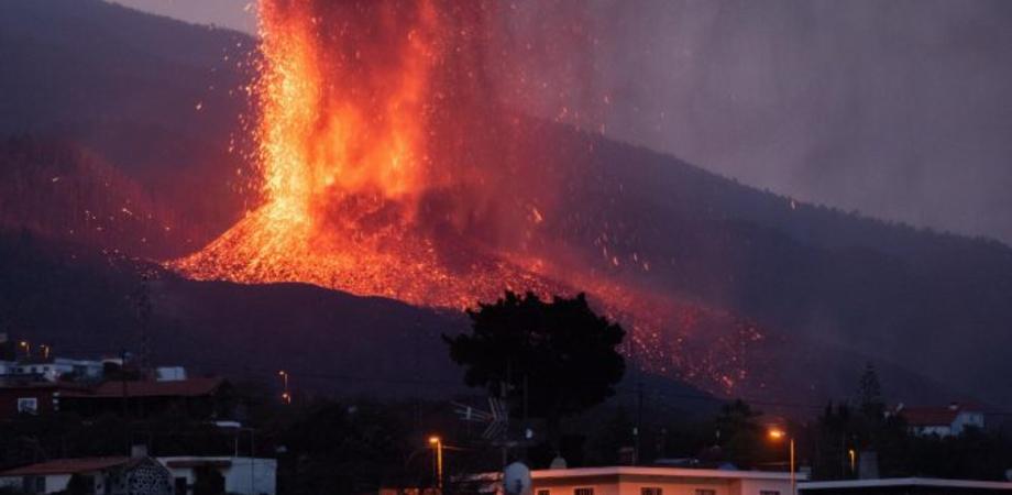 Allarme in Sicilia, la nube di polveri e gas del vulcano delle Canarie arriva nell'Isola