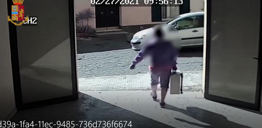 Caltanissetta, entra in un'azienda e porta via una valigia porta attrezzi: ladro denunciato dalla Squadra Mobile