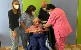 https://www.seguonews.it/comiso-terza-dose-a-107-anni-per-la-signora-maria-e-stata-tra-le-prime-a-vaccinarsi