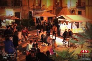 La piazzetta Grazia popolata dai giovani durante una serata