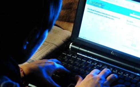 Adescava minorenni su Facebook, arrestato 51enne$