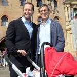 Giarratano con il marito e il piccolo Luca davanti al Municipio di Bologna