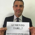 Aiello regge il cartello con l'hastag #iovotocontrario