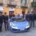 I poliziotti schierati con la Lamborghini in corso Umberto