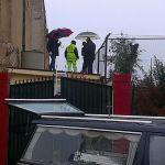 I soccorritori sul tetto dove è stato rinvenuto il cadavere