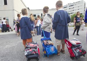 Tre bambini al loro primo giorno di scuola