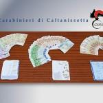 I soldi e i fogli sequestrati dai carabinieri