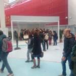 Visitatori davanti la Vara esposta a Milano