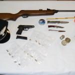 Le armi e la droga sequestrate a casa di padre e figlio