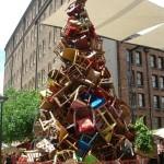 albero-di-natale-fatto-di-sedie (1)