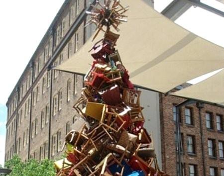 Sedie inutilizzate da trasformare in albero di natale la for Sedie decorate per natale