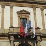 municipio palazzo del carmine bandiere