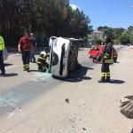 I Vigili del fuoco mettono in sicurezza la vettura incidentata