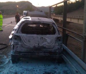 I resti dell'auto carbonizzata