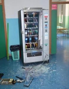 Un distributore di snack danneggiato